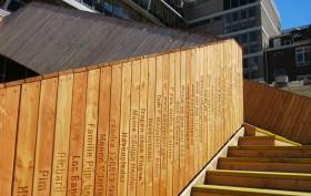 I nomi dei cittadini che hanno contribuito alla realizzazione del ponte scritti sulle assi della struttura