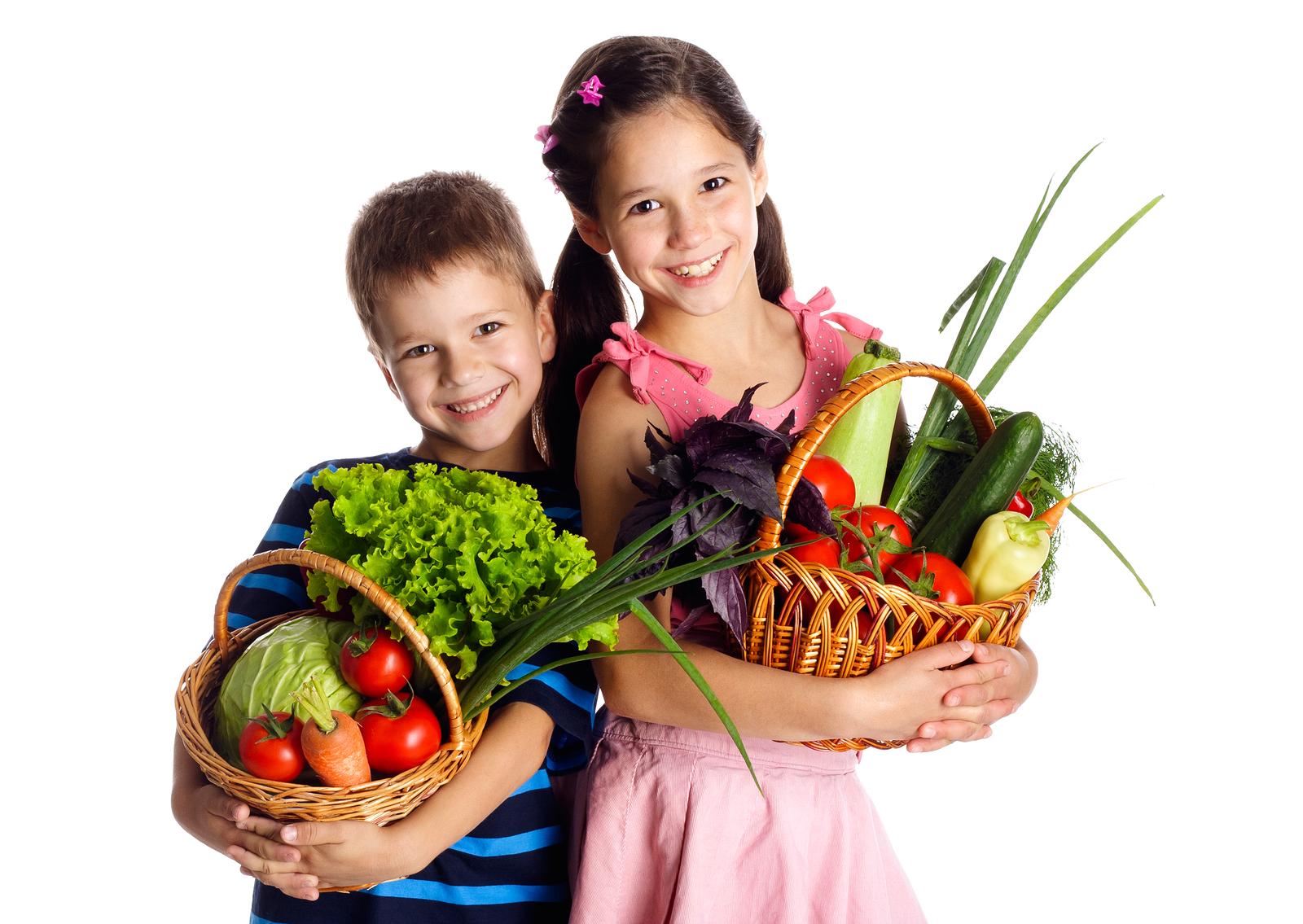 Bambini frutta e verdura in basket
