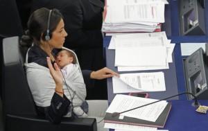 L'ex europarlamentare Licia Ronzulli con la figlia Vittoria sullo scranno del Parlamento Europeo.
