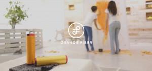 Le due imprenditrici di Orange Fiber disegnano su una tela con le bucce di arance