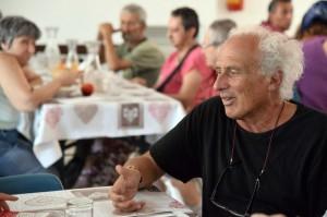 Lo scrittore Stefano Benni in visita alla mensa dei poveri.