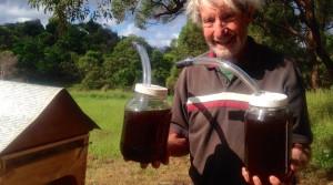 Dan Anderson mostra il miele raccolto con Flow Hive