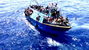 un barcone carico di migranti.
