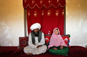 Sposa bambina con suo marito in Afghanistan