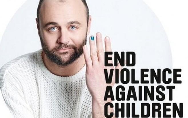 Smalto sulle unghie degli uomini, la campagna social contro la violenza sui bambini