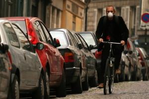 bicicletta nel traffico