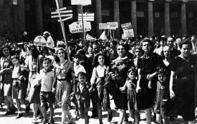 Referendum 1946 : La campagna elettorale - Donne in corteo per la repubblica in piazza del Plebiscito a Napoli