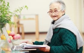 anziani sempre davanti alla tv, ma anche davanti al pc