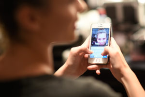 Un adolescente su quattro pratica il sexting