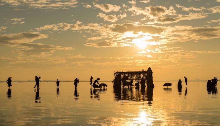 un-presepe-e-il-gioco-della-marea-lopera-darte-nella-laguna-di-burano